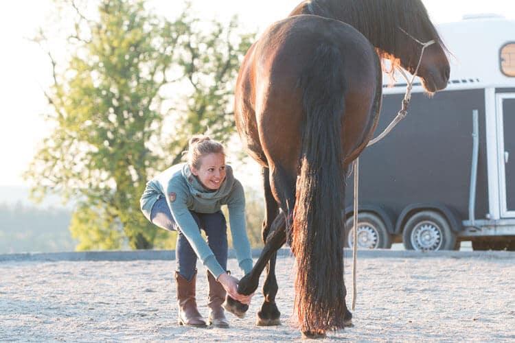Pferdeosteopathin Sarah Henne behandelt Pferd an der Hinterhand - Pferdeosteopathie in Böblingen