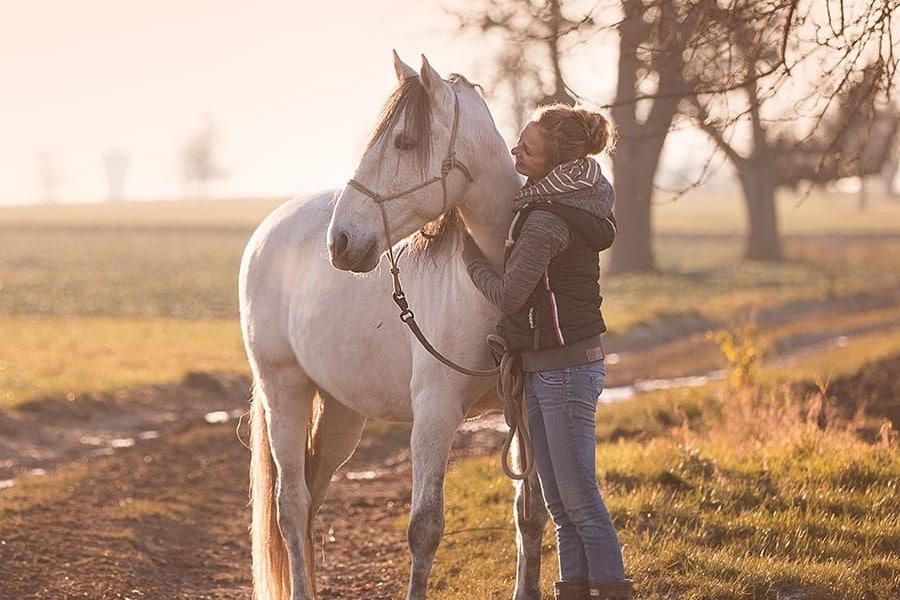 Sarah Henne ist Tierheilpraktikerin für Pferde und Pferdeosteopathin in Reutlingen und Umgebung